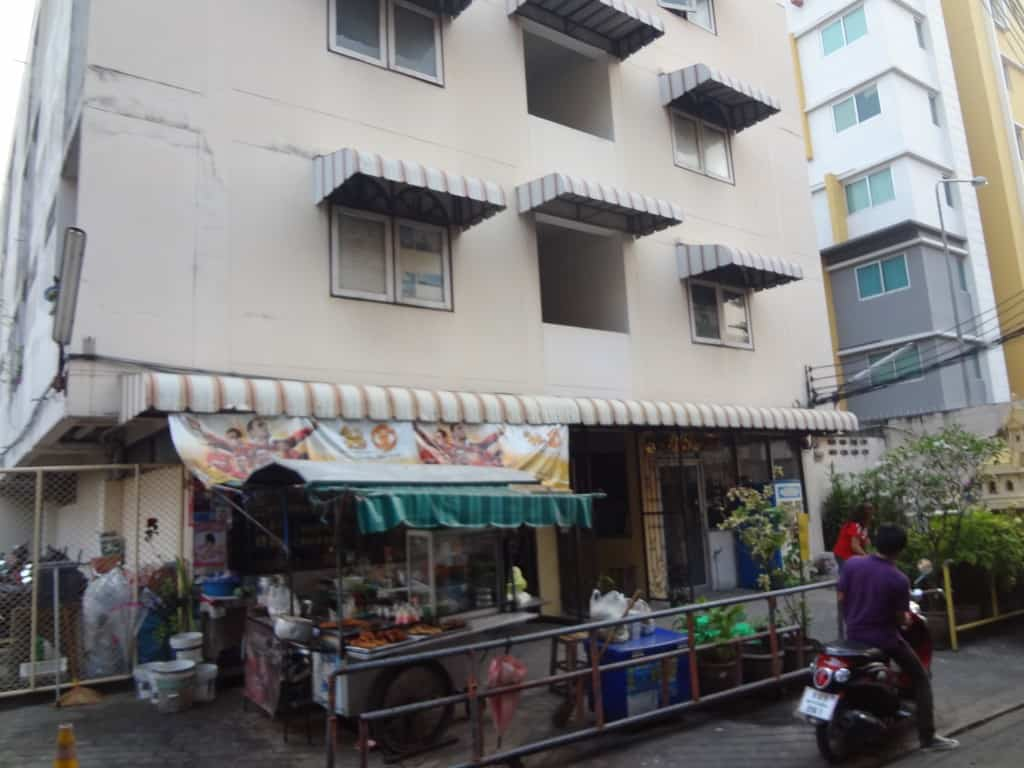 A small shop at the base of apartments across the alley from the Liu. Usuallly in the morning, they are fying food in a wok and occasionally drinking Leo Beers.