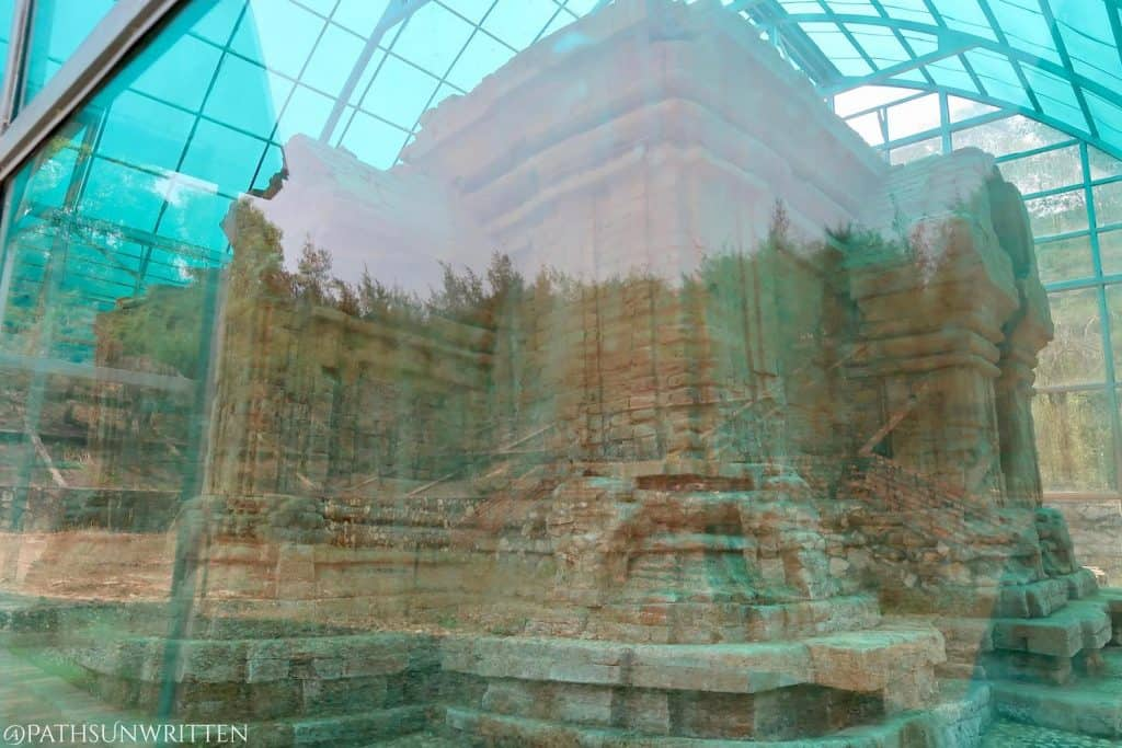 Unfortunately, Tháp Phú Diên's enclosure distorts much of the tower.
