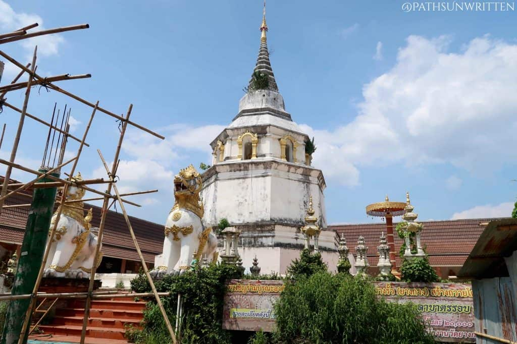 The octagonal stupa of Wat Yang Kuang guarded by chinthe (singha) lion statues.