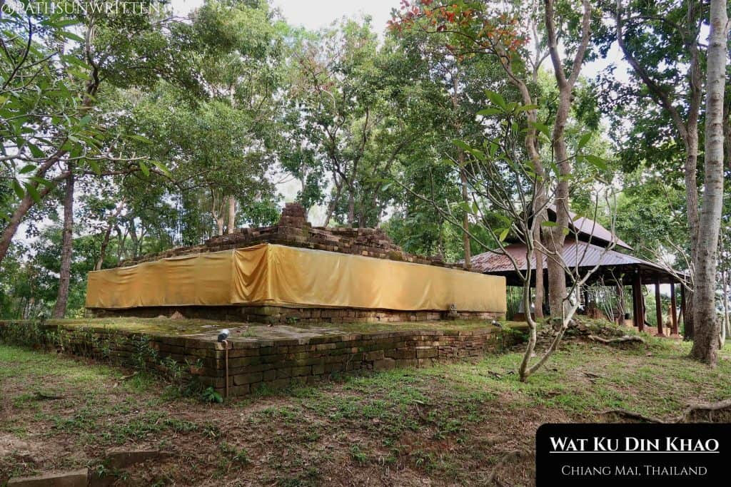 The stupa and covered viharn of Wat Ku Din Khao.