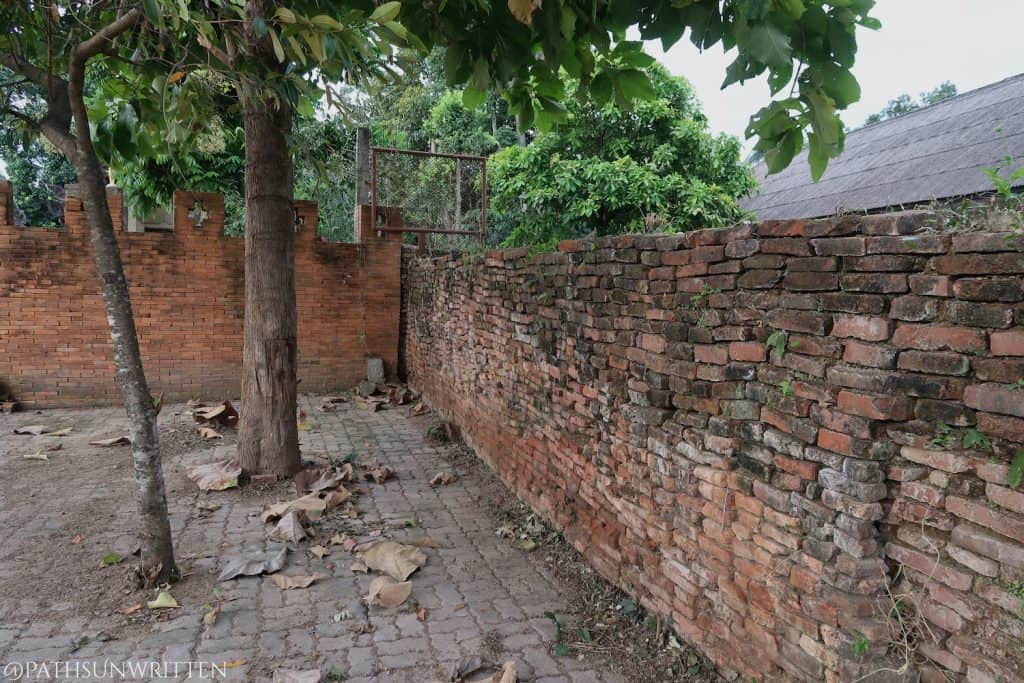 The old wall intersecting with Wat Pratu Pong's more recent wall.